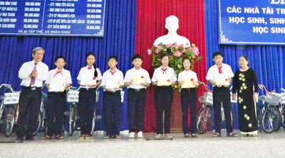 Khanh Hoa Study Promotion Fund honors sponsors, excellent students
