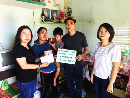 Representatives of Khanh Hoa Newspaper and Thu Vy Foundation offering donation to Phuoc's family.