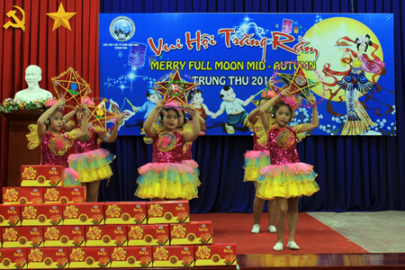 Moon Festivity for overseas Vietnamese and foreigners' kids