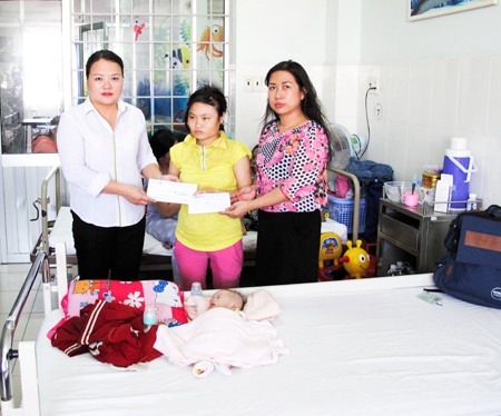 Representatives of Khanh Hoa Newspaper and Vietcombank Nha Trang offering donation to Tu's family.