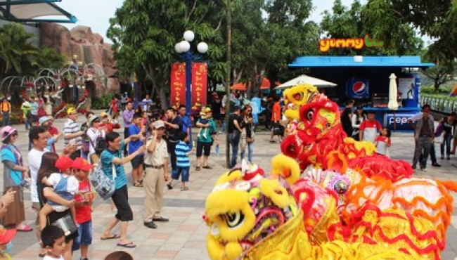 Many activities in Vinpearl Land Nha Trang on Tet