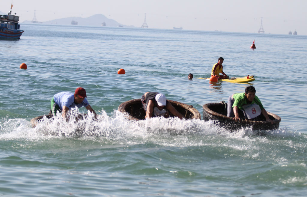 Over 100 people join swimming, basket boat paddling and swinging competition
