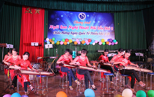 Children performing with 16-chord zither…