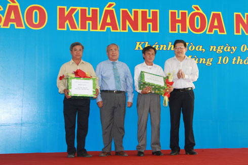 Leaders of Khanh Hoa Provincial People's Committee giving presents to representatives of Le family (Vinh Nguyen and Phuoc Hai Ward, Nha Trang).
