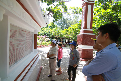 People reading history of salanganes nest industry printed on the wall.