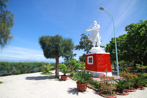 Statue of Hon Noi Islands' owner, Holy Mother Le Thi Huyen Tram.