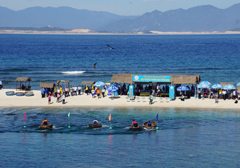 Bamboo boat swinging competition is new feature of 2017 Salanganes Nest Festival.