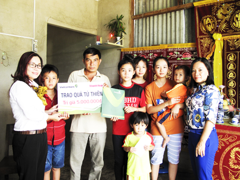 Leader of Khanh Hoa Newspaper and representative of Vietcombank Nha Trang offering donation to family of Hang Van Thoai.