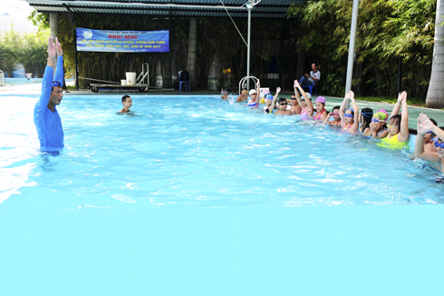 Swimming class held by Nha Trang City Youth Union