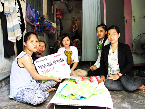 Representatives of Khanh Hoa Newspaper and Vietcombank Nha Trang offering money to Kim Sang's family.