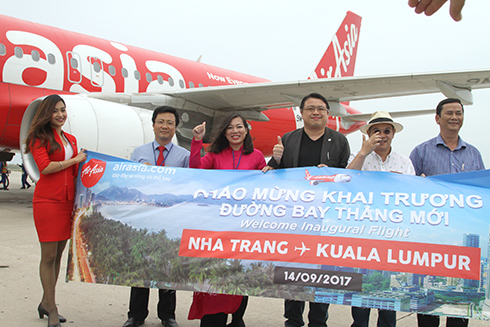 Leadership of Khanh Hoa Department ò Tourism give welcome to first passengers of Kuala Kumpur - Cam Ranh