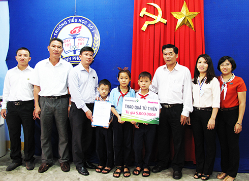 Officials of Khanh Hoa Newspaper and Vietcombank Nha Trang visit and offer donation to three children