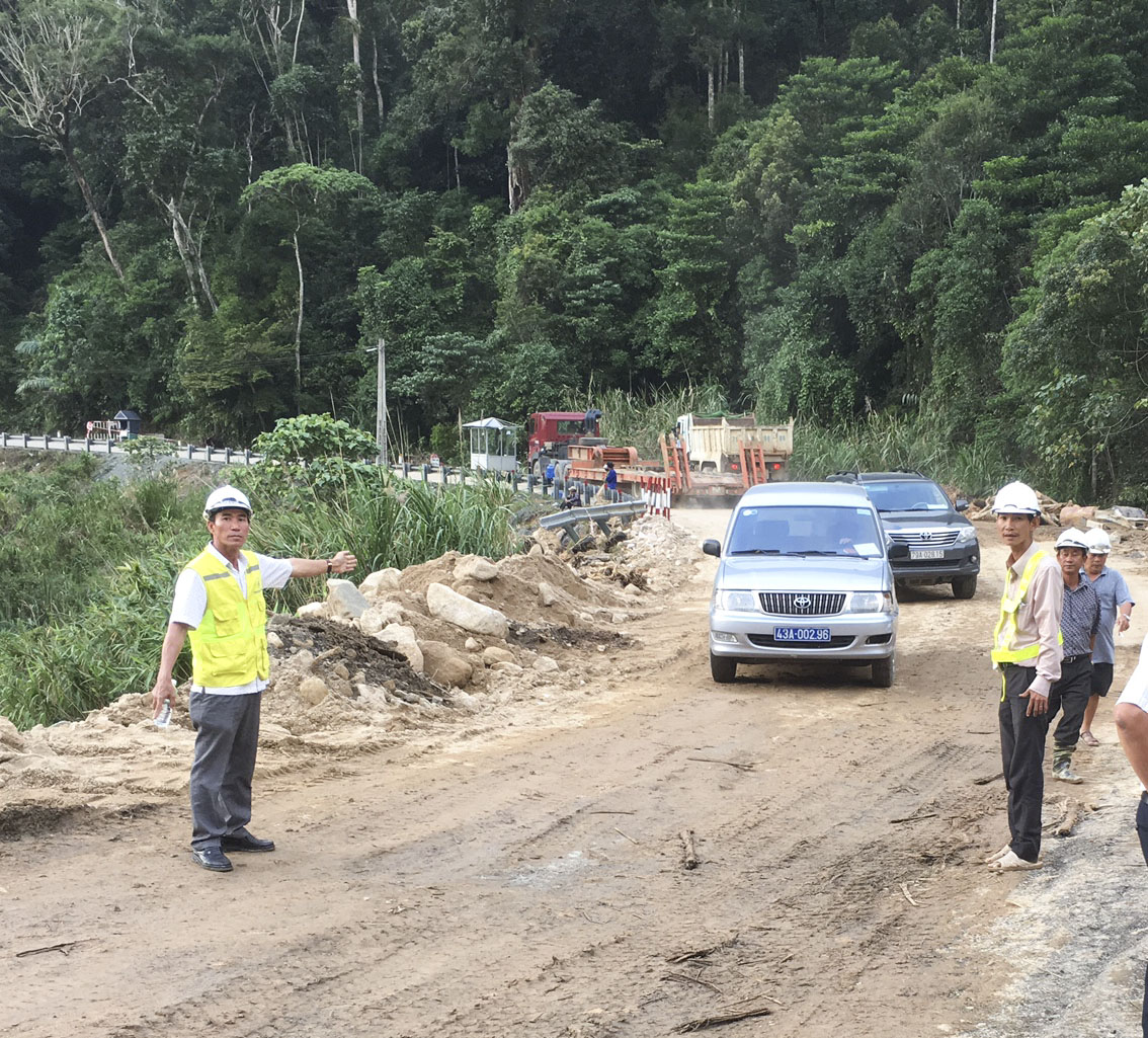 201711: Da Lat Road Reopens To Traffic After Typhoon