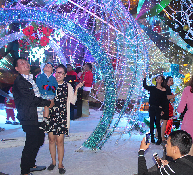 Nha Trang people and tourists enjoy Christmas Eve