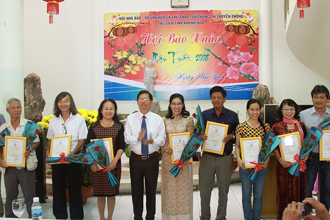 Nguyen Tan Tuan offering prizes to winning authors at Khanh Hoa's Spring Flower Festival 2018