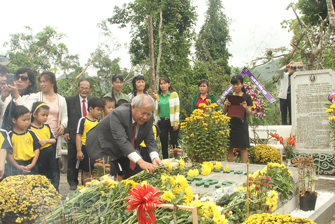 Dao Cong Thien offering flower at Dr. Alexandre Yersin's tomb
