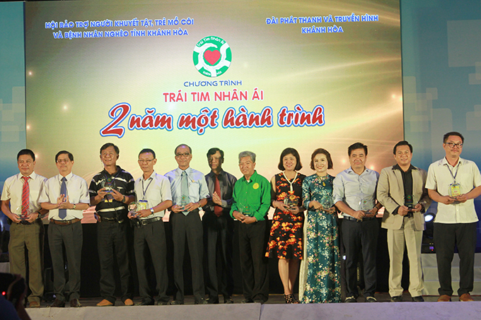 Nguyen Tan Tuan (second from left) offering commemorative plaques to outstanding contributors to program