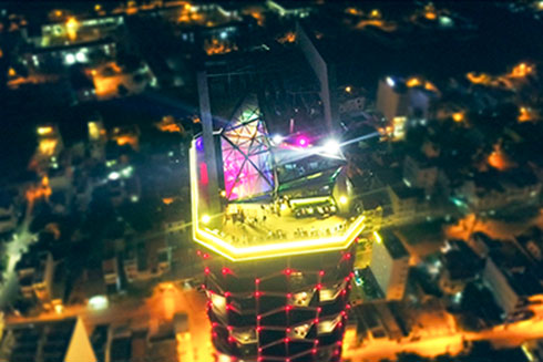 Diamond Sky Bar lung linh ở tầng 27.