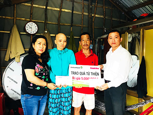 Representatives of Khanh Hoa Newspaper and Vietcombank Nha Trang offering money to Dat and Thuy