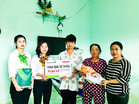 Representatives of Khanh Hoa Newspaper and Vietcombank Nha Trang offering donation to Truong's family