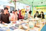 Young people in Nha Trang show love for books
