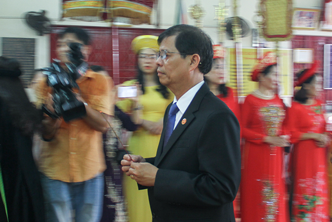 Nguyen Tan Tuan offering incense to altar of Hung Kings…
