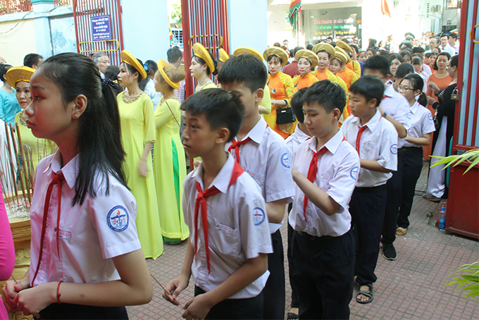 Pupils offering incense in tribute to the Kings