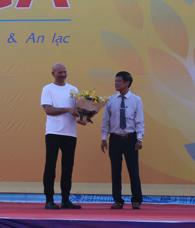 Leader of Khanh Hoa Provincial Department of Culture and Sports offering flower to Jeevan Chandra Kandpal