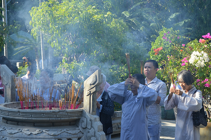 Offering incense to show gratitude to parents