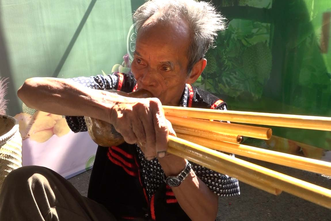 """Testing """"Khèn Bầu"""", a traditional music instrument of ethnic people in Khanh Son"""