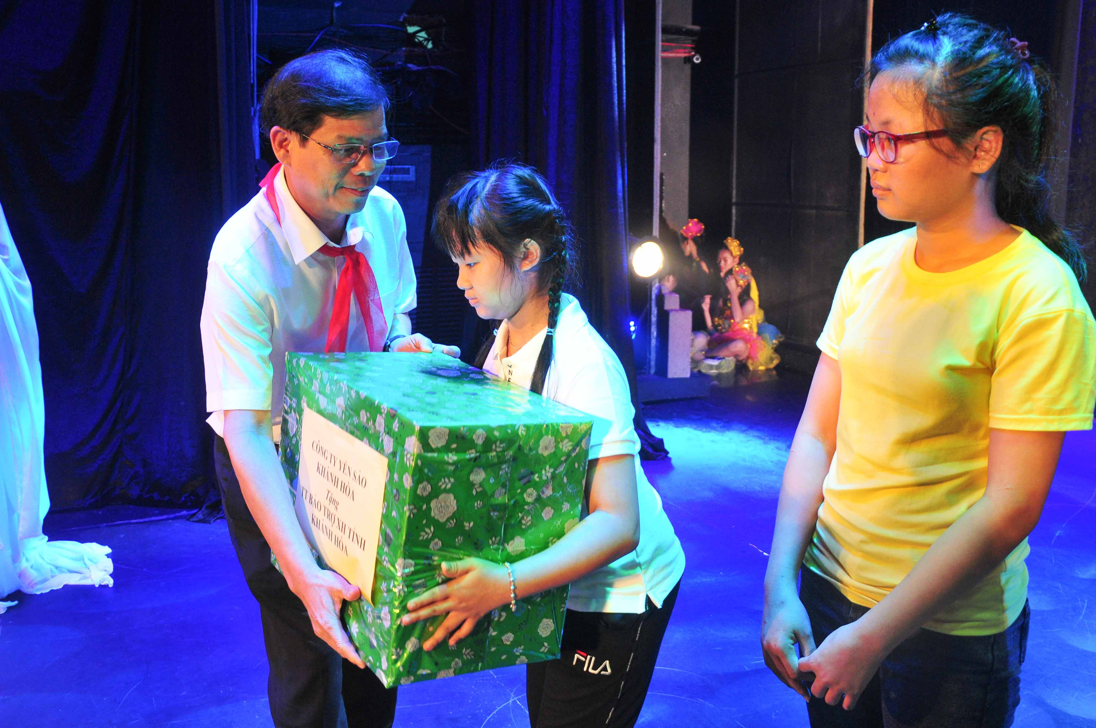 Nguyen Tan Tuan offering Mid-Autumn gifts to children