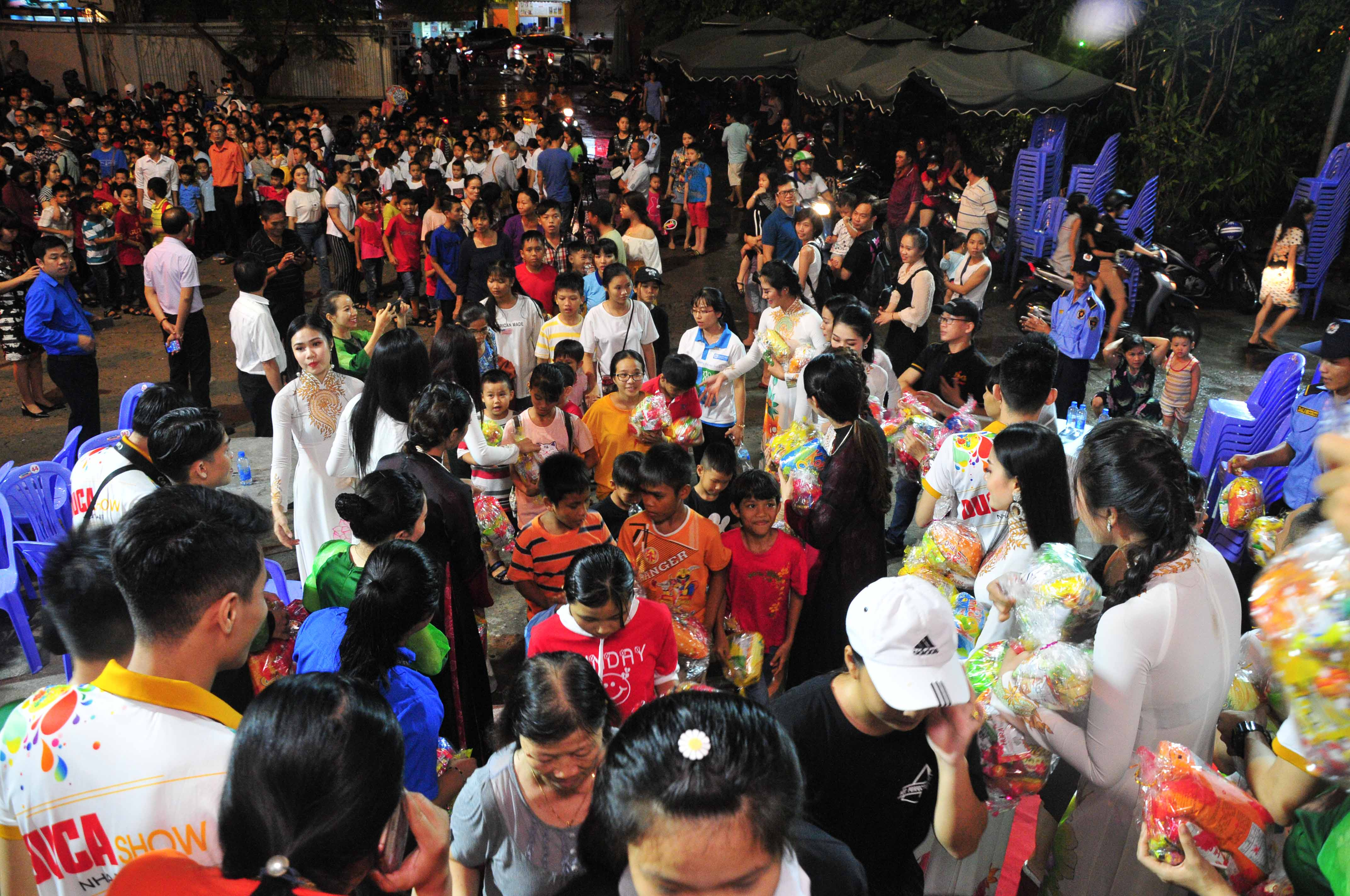 Offering Mid-Autumn gifts to children
