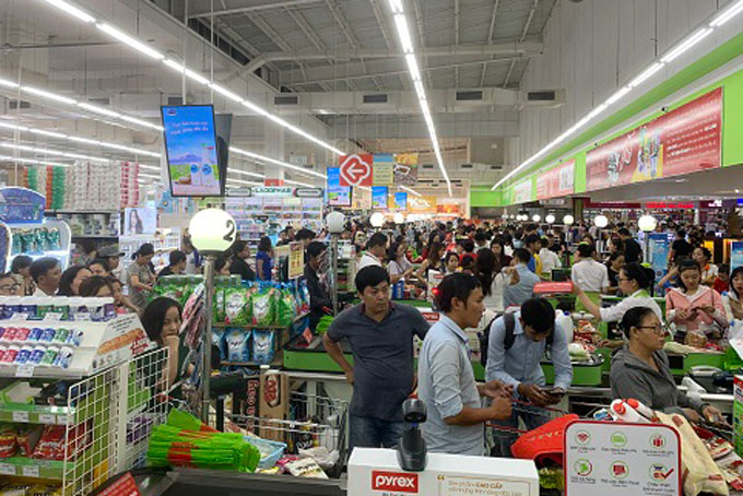 People in Nha Trang stock up on groceries in preparation for storm