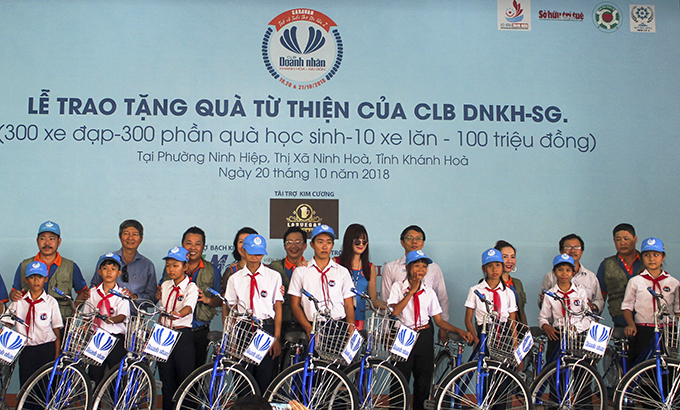 Khanh Hoa–Saigon Businesspeople's Club, Ninh Hoa Scholarship Fund, and Khanh Hoa Sponsoring Association for the Disabled, Orphans & Poor Patients offering bikes to poor students