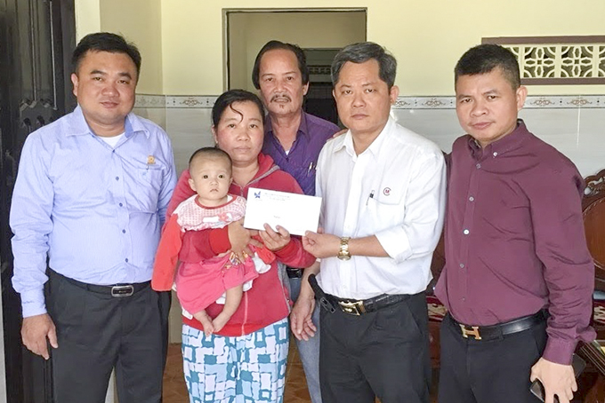 Khanh Hoa Young Businesspeople's Association giving financial assistance to disadvantaged people