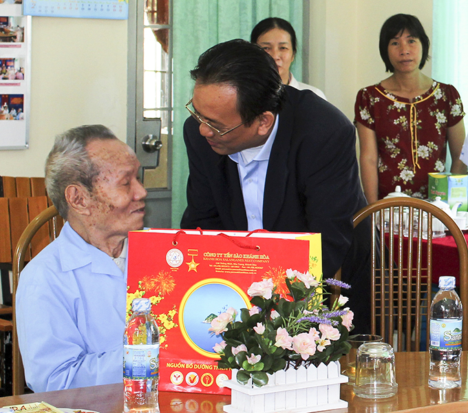 Leader of Khanh Hoa Salanganes Nest Company presenting gifts to elderly people at Khanh Hoa Nursing and Convalescent Home.