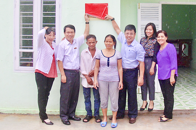Khanh Viet Corporation in association with Khanh Hoa Newspaper builds house to poor people
