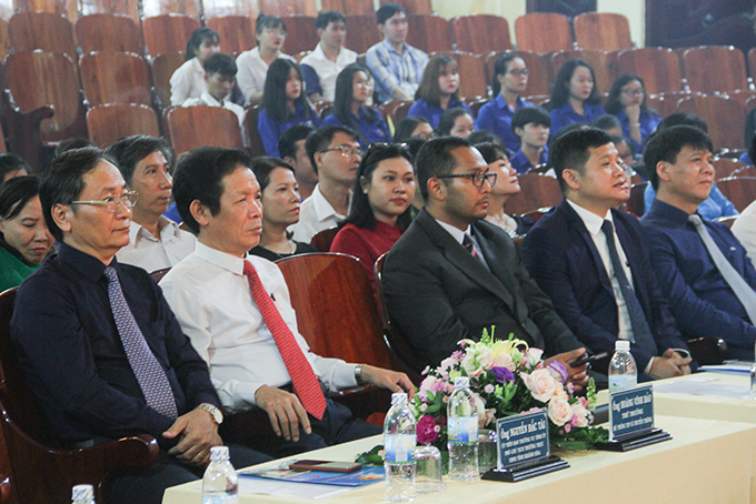 Leaders of the Ministry of Information and Communications and Khanh Hoa Provincial People's Committee attend ceremony.
