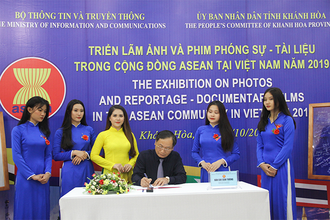Nguyen Dac Tai commenting on the exhibition