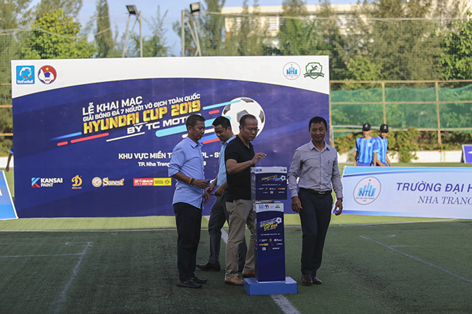 Leaders of Khanh Hoa Provincial Department of Culture and Sports and other representatives donating money