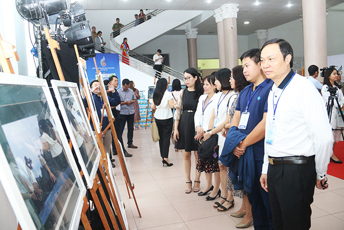 Photos of Vietnam's television workers displayed in Nha Trang