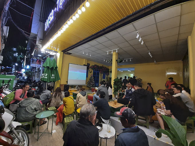 People gathering at a café to cheer for Vietnam U22