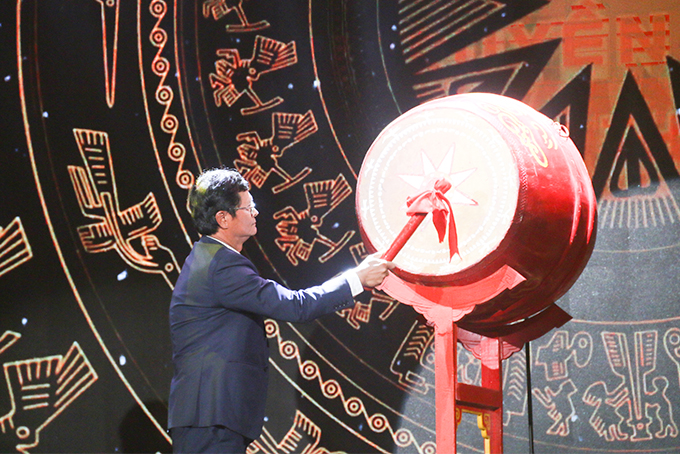 Tran Binh Minh beating drum to open National Television Festival 2019