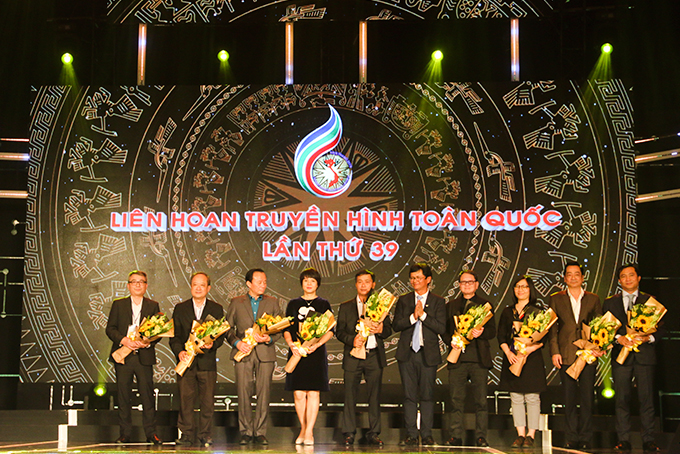 Vietnam Television leader offering flowers to representatives of the 39th National Television Festival jury