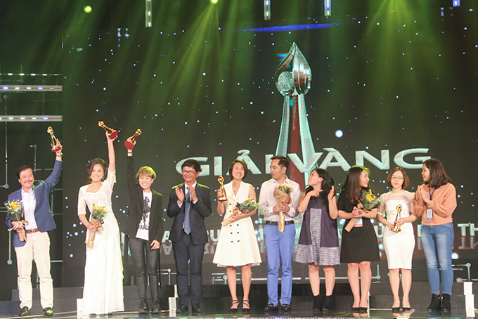 "Crew of television drama ""Come home, my dear children"" receiving special prize"