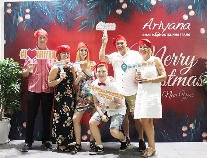 Many big hotels in Nha Trang hold Christmas feast for their guests (Photo: Foreign tourists celebrating Christmas at Ariyana Smart Condotel Nha Trang)