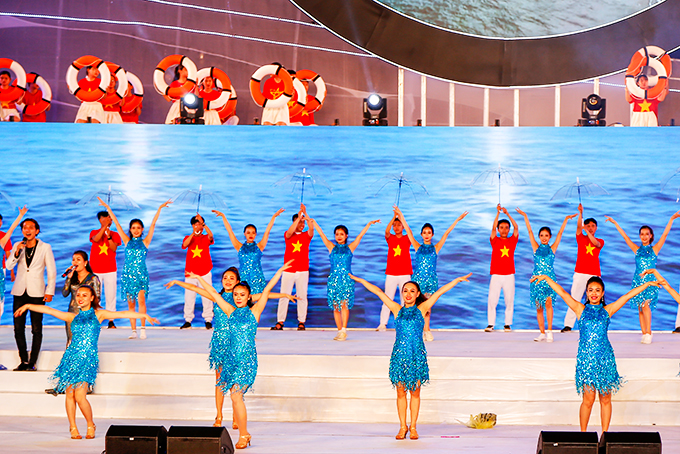 Hai Dang song and dance troupe performing at Sea Festival 2019