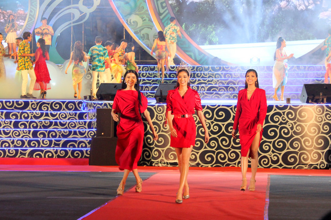 Miss Universe Vietnam 2019's winner Nguyen Tran Khanh Van (middle) and two runners-up