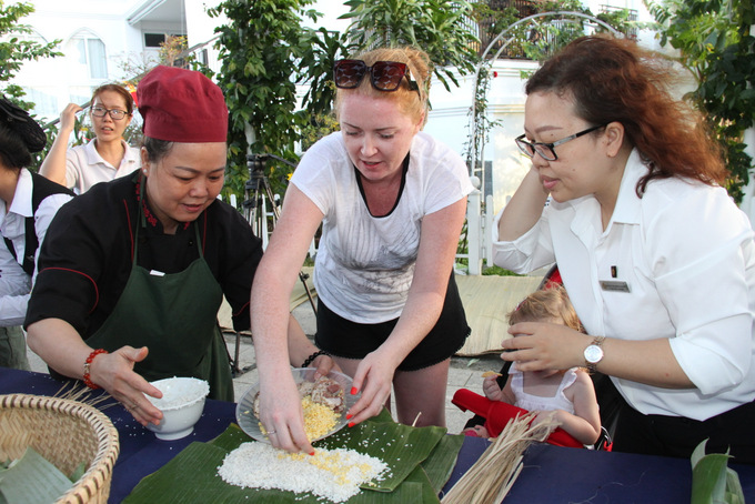 "Over 200 locals and tourists making ""Tét"" cake at Champa Island Nha Trang"
