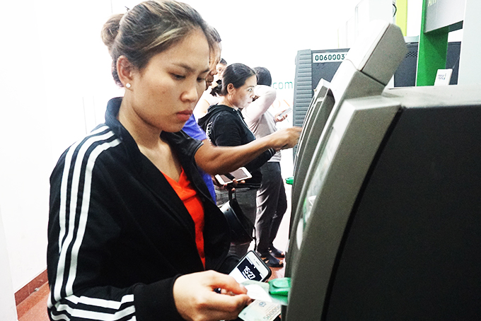 Withdrawing cash from Vietcombank's ATM